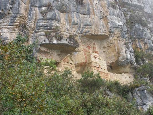 Mausoleos construidos en la montaña