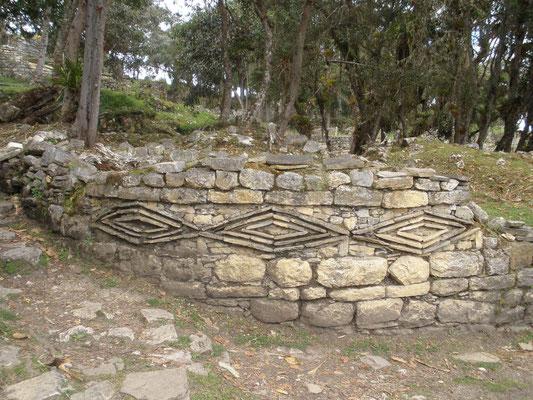 Simbolos en los muros de Kuelap
