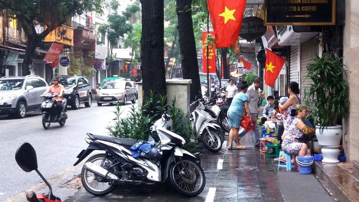 Motos y comida en Hanoi