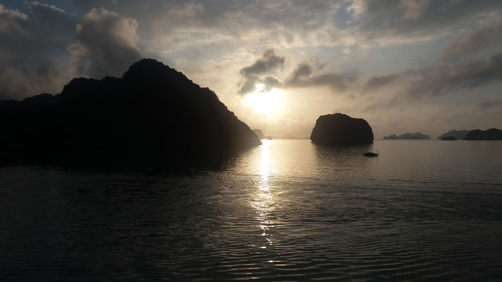 Anocheciendo en Ha Long