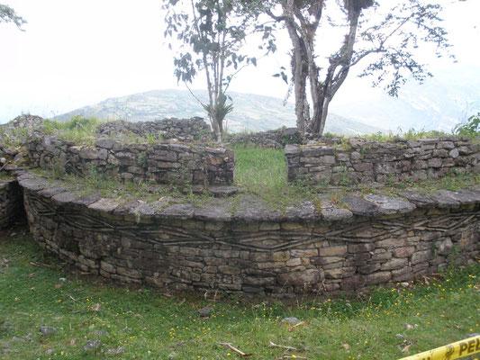 Muros de Kuelap con dibujos