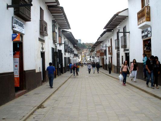 Animada calle de Chachapoyas
