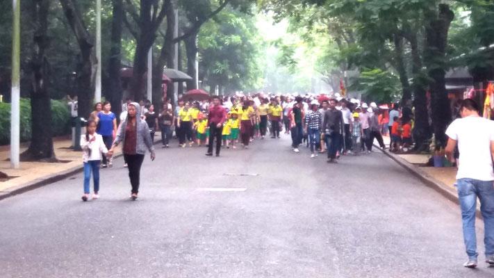 Ciudadanos de visita al Mausoleo de Ho Chi Ming