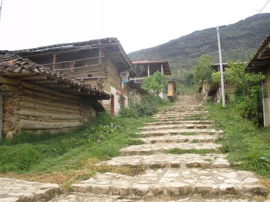 Camino de acceso a Mausoleos de Revash
