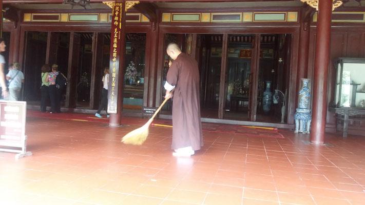 Monje en tareas de limpieza