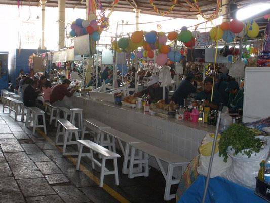 Comiendo en mercado de San Pedro