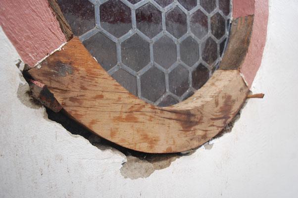 30.09.2017, Franz-Josef Steffen repariert die hölzere Einfassung des bleiverglasten Rundfensters