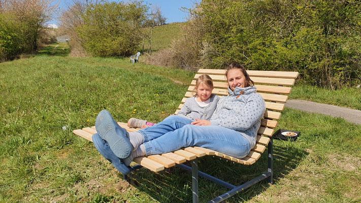 Familie Pompeius freut sich über die tolle Relaxliege!