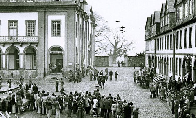 """Auch der Film """"Der Winter der ein Sommer war"""" wurde vor den damals noch offenen Arkarden des alten Rathauses gedreht (Fotosammlung des Geschichtsvereins Weilburg e.V.)"""