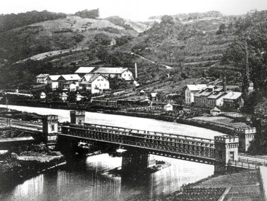 Die Eisenbahnbrücke in Weilburg – hier in der historischen Aufnahme mit ihren vier Ecktürmen – steht als Baudenkmal für die Zeit der Industrialisierung im Lahntal. (Foto: Geschichtsverein Weilburg; Brücken verbinden – Repro: Volker Vömel)