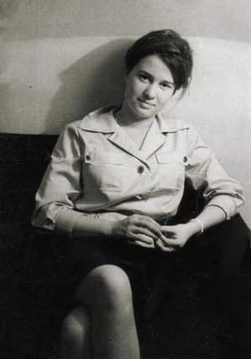 Ulrike Meinhof, deutsche Journalistin und RAF-Mitglied; Wikimedia Commons: https://upload.wikimedia.org/wikipedia/commons/1/14/Ulrike_Meinhof_als_junge_Journalistin_%28retuschiert%29.jpg