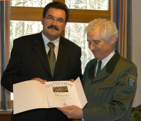 Hans-Peter Schick überreichte einen Gutschein für einen Baum.