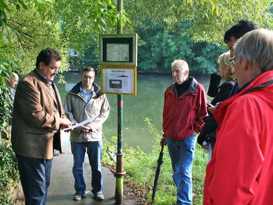 Nach der Überfahrt sprach Geschichtsvereinsmitglied Bürgermeister Hans-Peter Schick zum Jubiläum des Rollschiffs. (Foto: Horz)