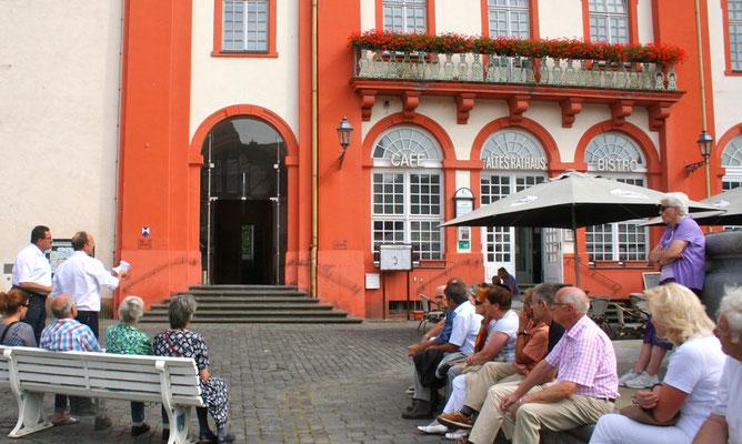 Geschichtsvereins-Vorsitzender Matthias Losacker hat im Rahmen seiner Begrüßung die Architekturgeschichte von Altem Rathaus und Schlosskirche dargestellt. (Foto: Horz)