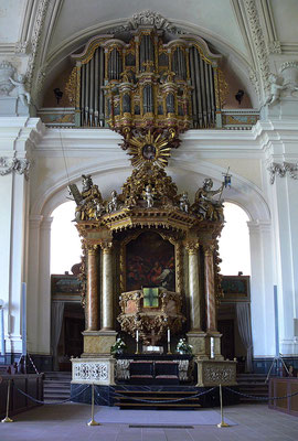 Unter dem Altar befindet sich die Fürstengruft (Foto: By Christian Bickel [CC BY-SA 2.0 de], via Wikimedia Commons)