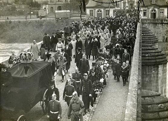 100. Todestag der Großherzogin Adelheid Marie von Luxemburg – Foto: Trauerzug zu Beisetzung in Weilburg, 28. Nov. 1916 (Archiv Geschichtsverein Weilburg)