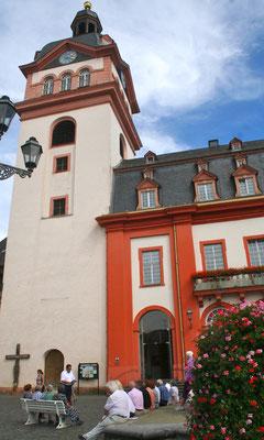 Bürgermeister Hans-Peter Schick erläuterte die Geschichte des imposanten Gebäudes… (Foto: Horz)