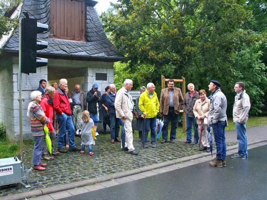 Zuvor waren die Freunde und Förderer des Rollschiffs gemeinsam von der Kettenbrücke zu einem Spaziergang aufgebrochen. (Foto: Horz)