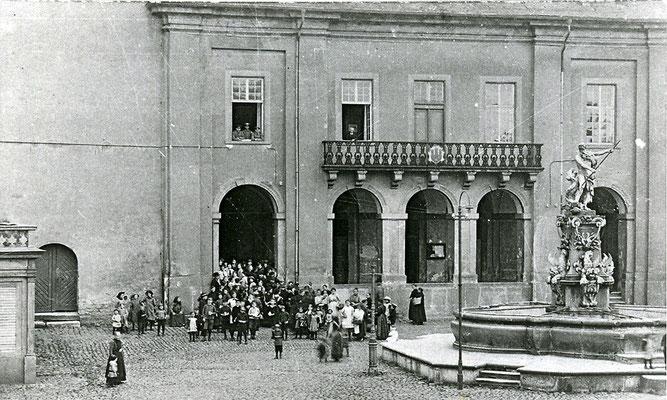 Eine heute kaum vorstellbare Nutzung: Verpflegungsausgabe am Alten Rathaus in Weilburg während des Ersten Weltkriegs, 1915 (Fotosammlung des Geschichtsvereins Weilburg e.V.)