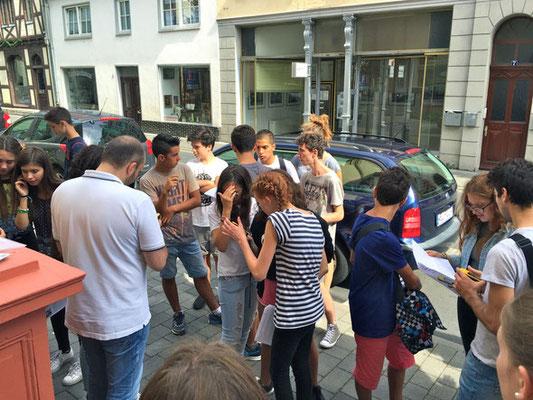"""Jugendliche aus Quattro Castella starten zur Schatzsuche durch Weilburg auf den Spuren von """"Giovanni-Ernesto"""" (Foto: Hoin-Radkovsky)"""