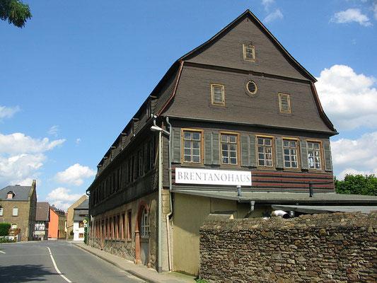 Brentanohaus an der Hauptstraße von Winkel im Rheingau, Blick von Westen, By Brühl (Own work) [Public domain], via Wikimedia Commons