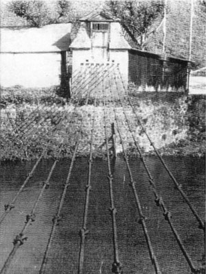 Wo heute in Weilburg der Ernst-Dienstbach-Steg ist befand sich einst die erste Kettenbrücke Kontinentaleuropas als Teil der historischen Wasserversorgung. (Fotosammlung des Geschichtsvereins Weilburg e.V.)