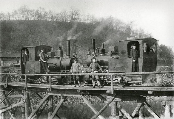 Industriealisierung im Lahntal: Belastungstest mit zwei Lokomotiven auf einer Behelfsbrücke bei Weilburg-Ahausen. (Foto: Fotosammlung des Geschichtsvereins Weilburg e.V.)