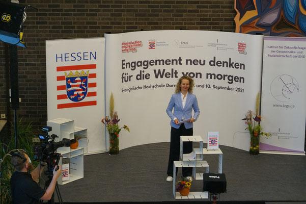 Jetzt gehts los ... Eva-Maria Jazdzejewski moderiert den II. Hessischen Engagementkongress 2021 an der Ev. Hochschule Darmstadt.   © Foto: S. Schlitt, EKKW