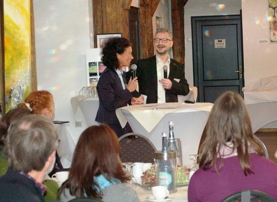 Dr. Matthias Heuberger (IZGS) im Gespräch mit Andrea Unland (Geschäftsführerin L-i-A) zu Voraussetzungen regionaler Gesundheitsnetzwerke. | Foto: IZGS