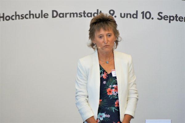 Dr. Martina Schaad (Hessische Staatskanzlei) führt in den II. Hessischen Engagementkongress 2021 ein.    © Foto: S. Schlitt, EKKW
