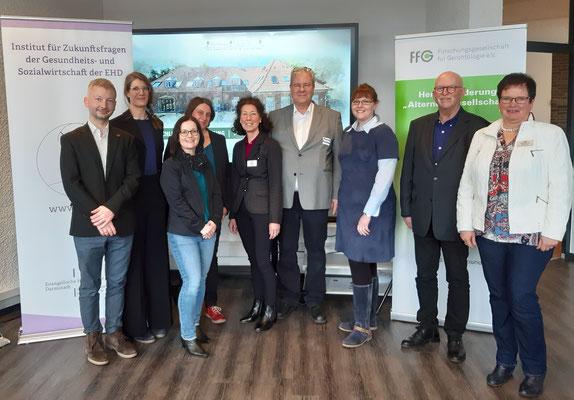 Feiern den Abschluss (v.l.): Dr. M. Heuberger & C. Schulz (beide IZGS), Prof. Dr. A. Kuhlmann & B. Bertermann (beide TU Dortmund), A. Unland &  M. Brauckmann (beide LiA), S. Lechtenfeld (TU Dortmund), Prof. Dr. G. Igl, W. Willing (LiA) | Foto:Angenent