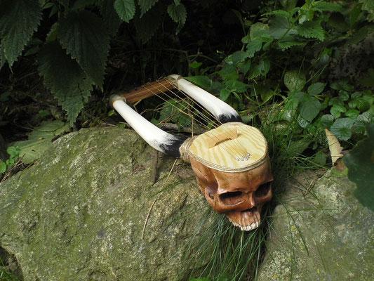 Leier mit Resin-Schädel (nicht echt) in Anlehnung an ein afrikanisches Instrument
