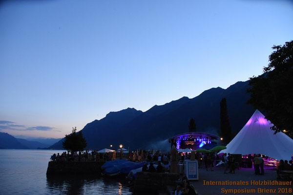 Symposium Brienz am Ufer des Brienzersees in der Abenddämmerung