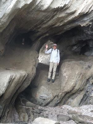 潮が満ちると山側には洞窟トンネルで抜けられる