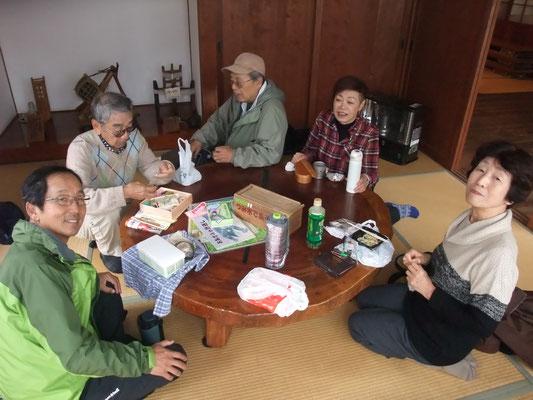 園内里山体験館のお座敷で昼食