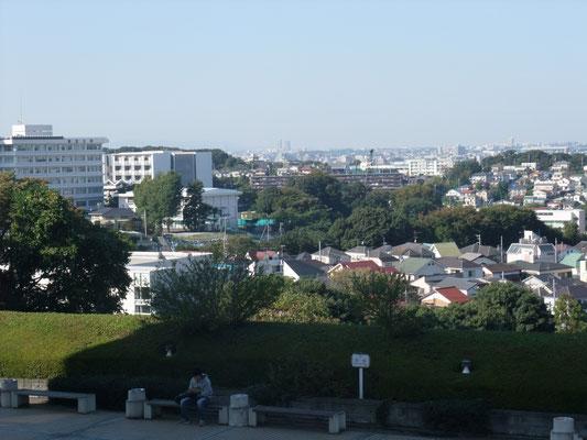 左手に専修大学構内から見た明治大学生田キャンパス