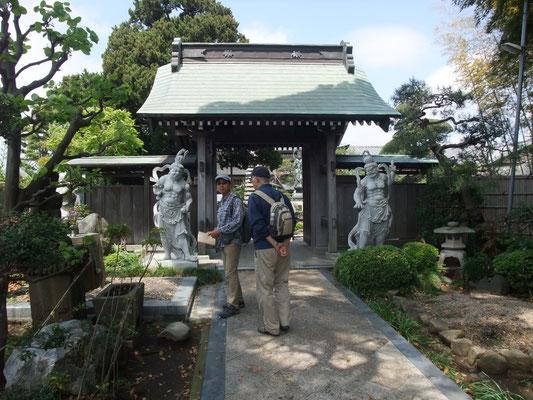 山門。両側に仁王像。