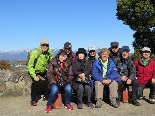 展望台で記念写真 背景は丹沢連峰