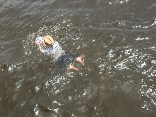 帰り船を待つ桟橋の上から風に飛ばされたボールを取りに泳ぐ人が??