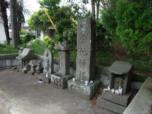 三体の庚申塔・堅牢地神塔・道祖神があった。