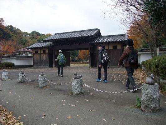 県立座間谷戸山公園西入口の長屋門