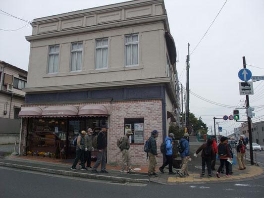 関東大震災以降の店舗に取り入れた看板建築(木造耐火モルタル)