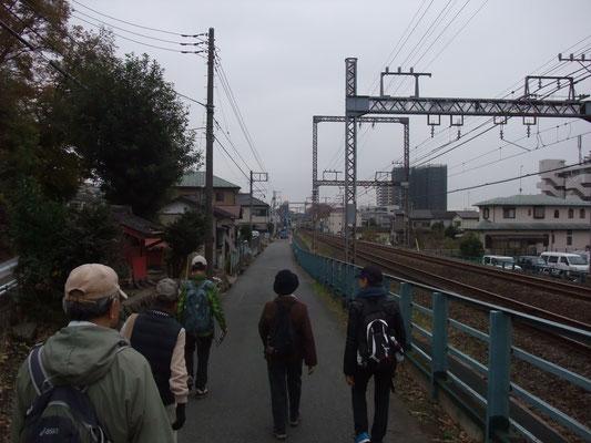 小田急線沿いに駅に向かう