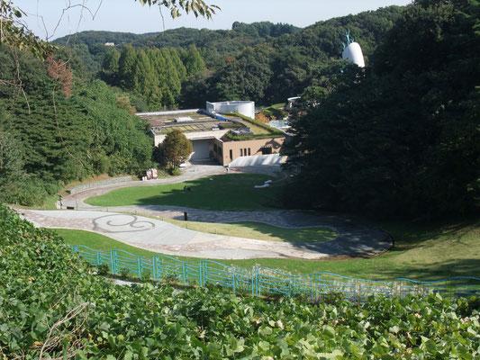 岡本太郎美術館を左に