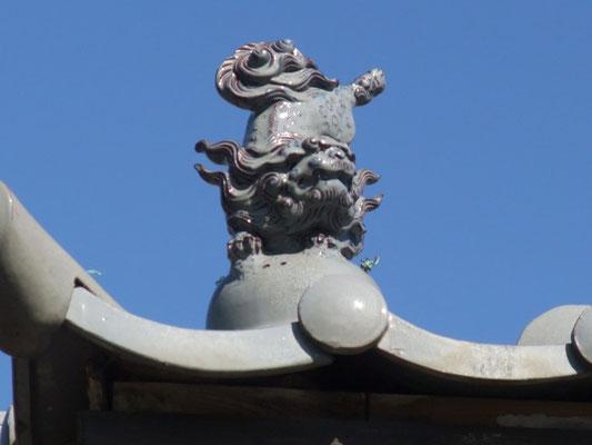 屋根上の狛犬の鬼瓦?