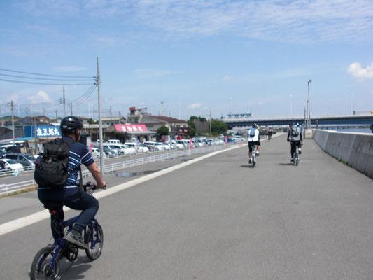相模川サイクリングロード。広くて走りやすい