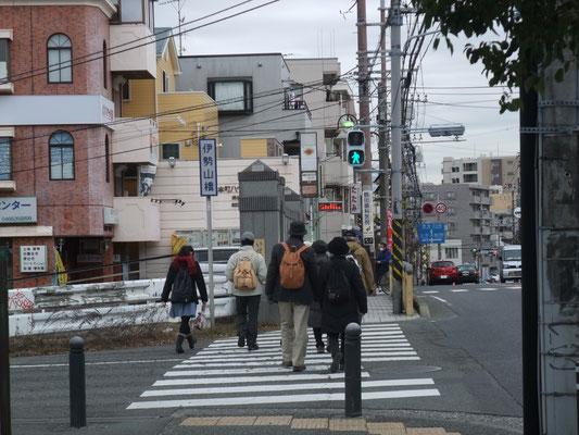 伊勢山橋で小田急線を越し、やがて白旗に