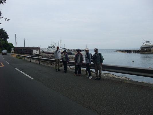 長井漁港を右手に見ながら荒崎公園に向かう