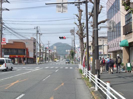 平塚宿のはずれ、高麗山が見える