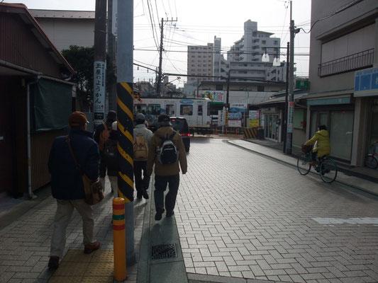 湘南モノレール駅前から江ノ電踏切へ